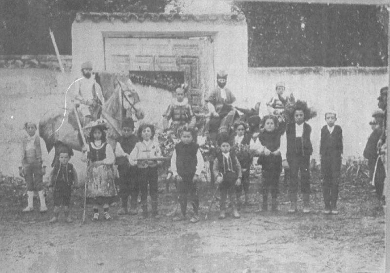 1905-Uno de los grupos de niños que bailaron en Estampas del Quijote 1 .